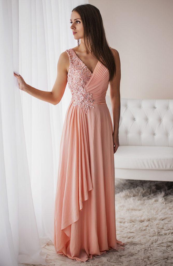 Długa jasnoróżowa sukienka dla świadkowej