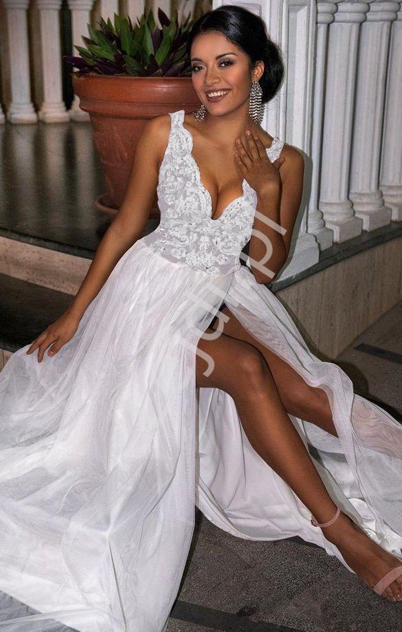 Tiulowa sukienka ślubna z rozcięciem na spódnicy