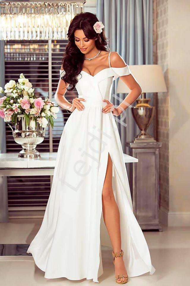 Biała suknia ślubna z odkrytymi ramionami