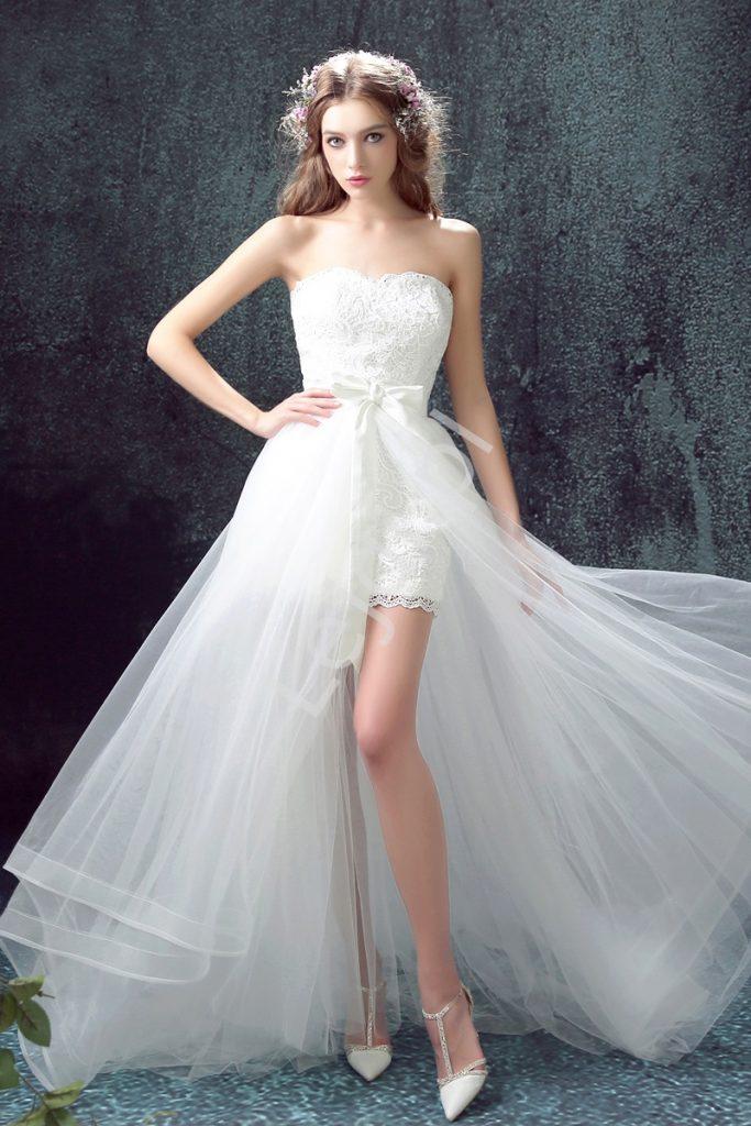 Biała krótka suknia ślubna z dopinanym trenem