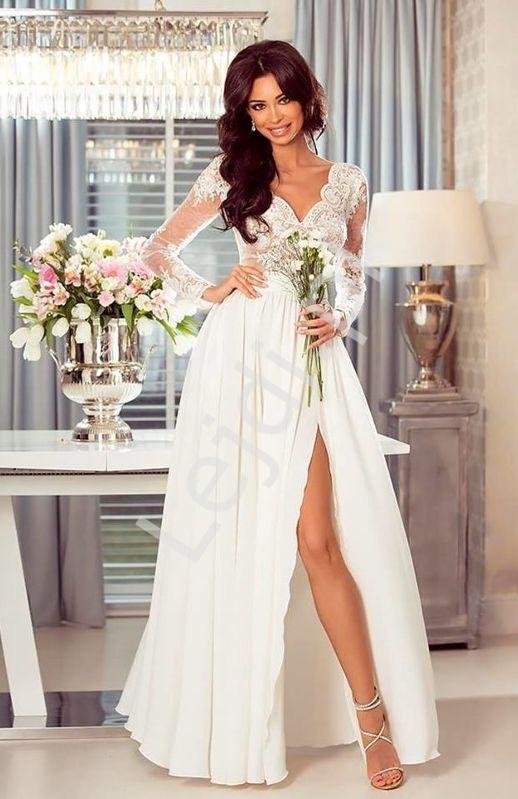 Długa suknia ślubna z beżową podbitką pod koronką