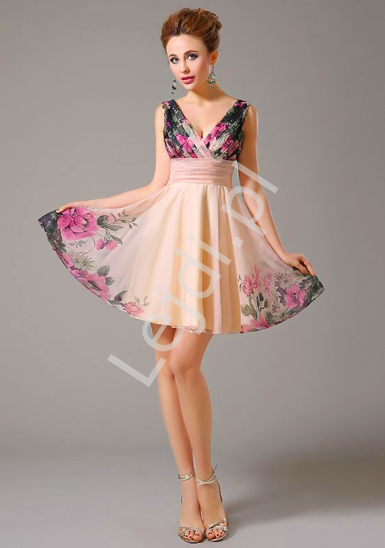 Krótka sukienka w kwiaty na wesele