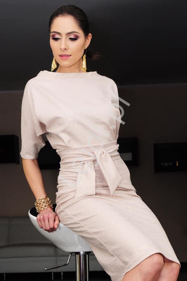 Beżowa elegancka sukienka z wytłaczanej tkaniny m353 - Lejdi