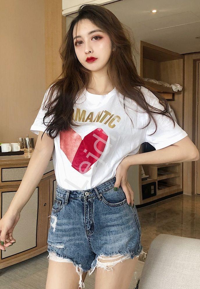 Biała koszulka damska z welwetowym metalicznym sercem i napisem Romantic - Lejdi