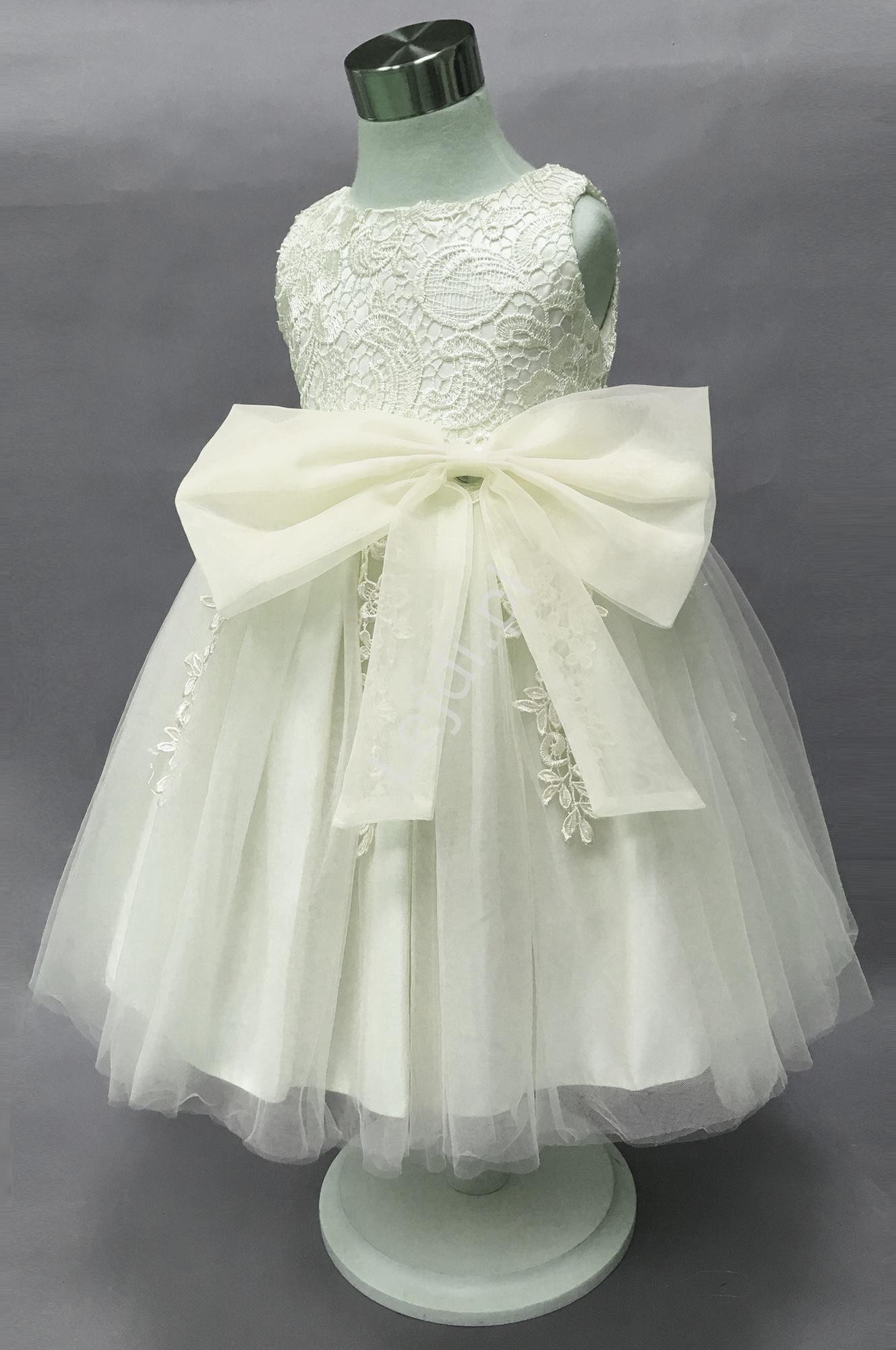 a7a038fa Biała sukienka dla dziewczynki, bogato zdobiona gipiurową koronką na ...