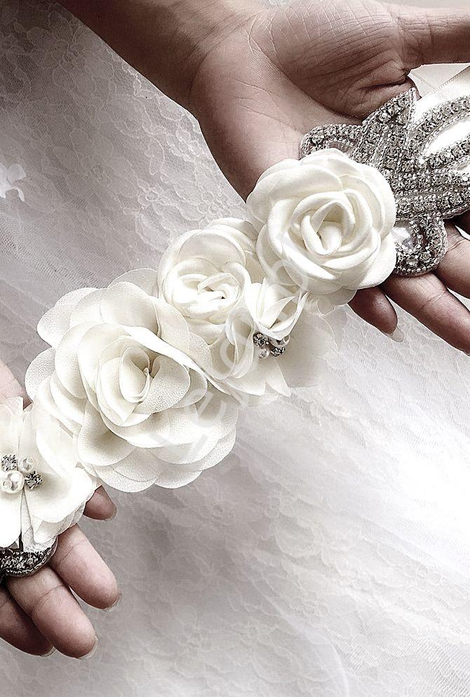 Biały ozdobny pas do sukienki ślubnej lub wieczorowej z kwiatami 233 - Lejdi