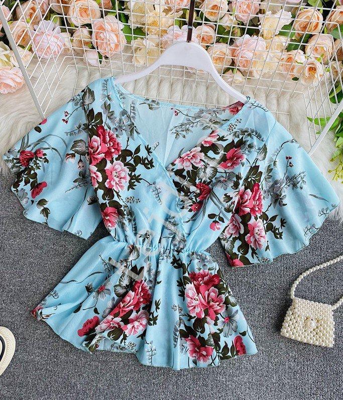 Błękitna bluzka baskinka w kwiaty 4164 - Lejdi