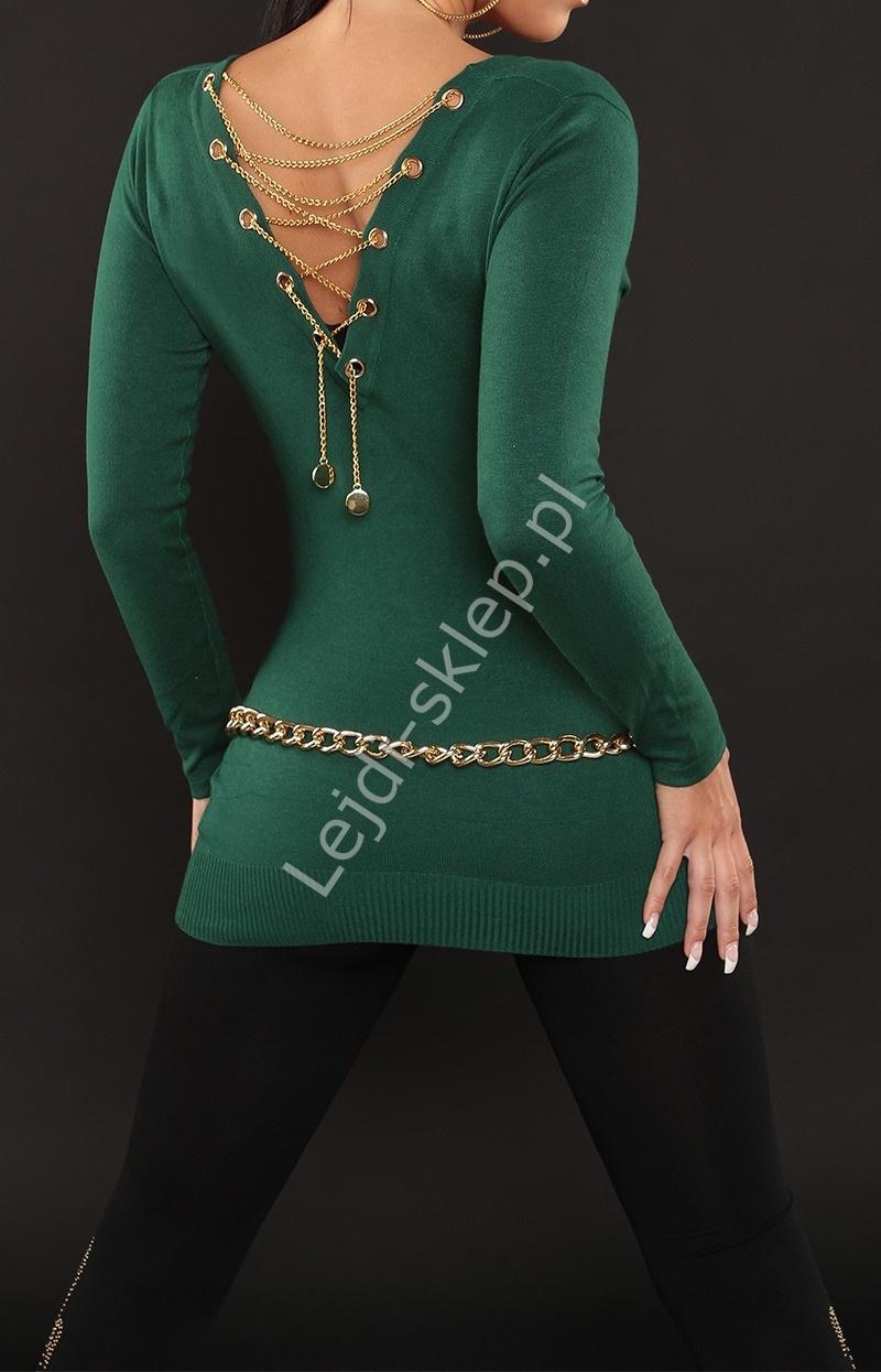 Butelkowo zielony seksowny sweter z dekoltem typu woda, zdobiony złotym łańcuszkiem na plecach - Lejdi