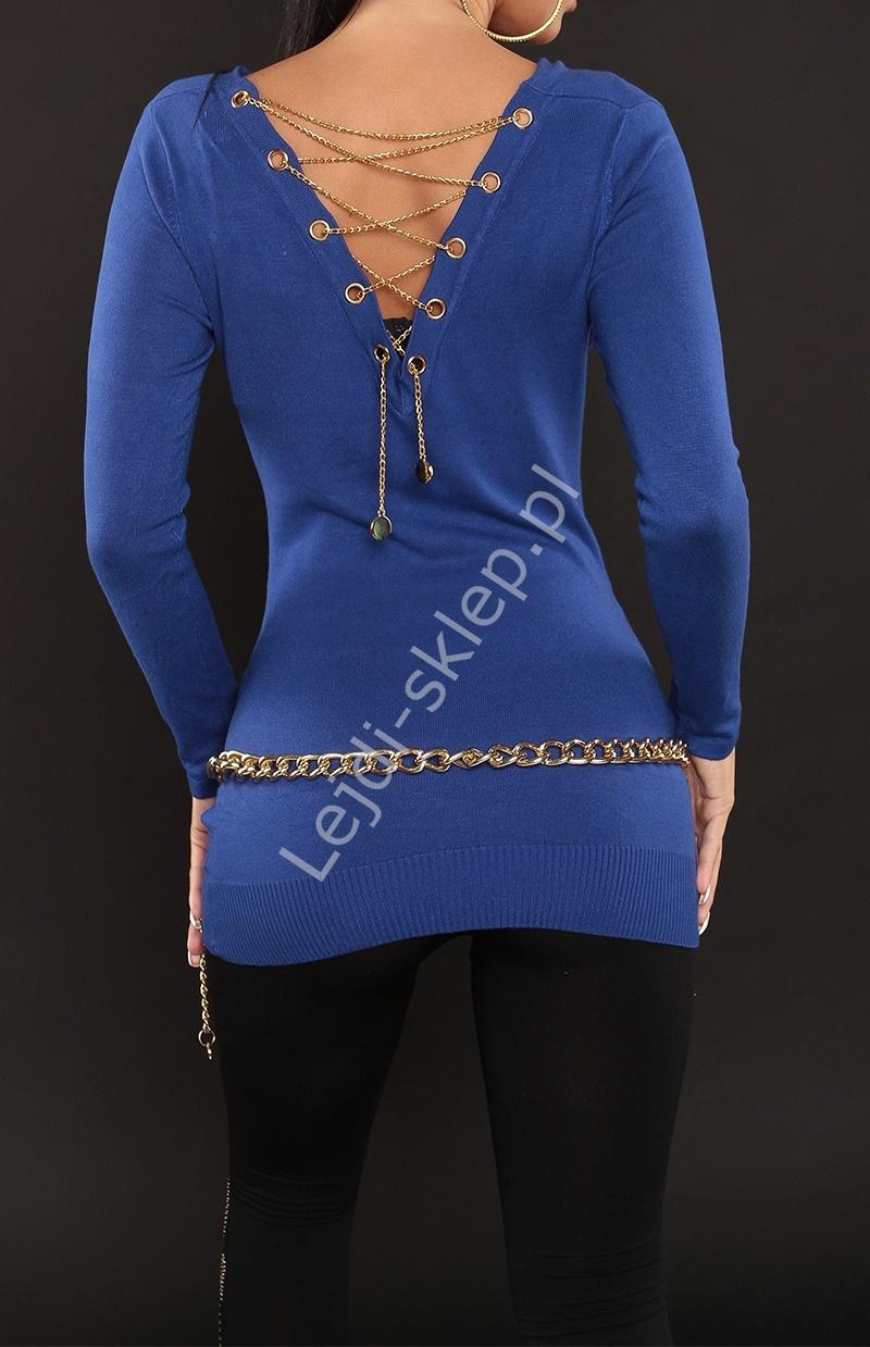 Chabrowy sweter damski z dekoltem typu woda, zdobiony złotym łańcuszkiem na plecach - Lejdi