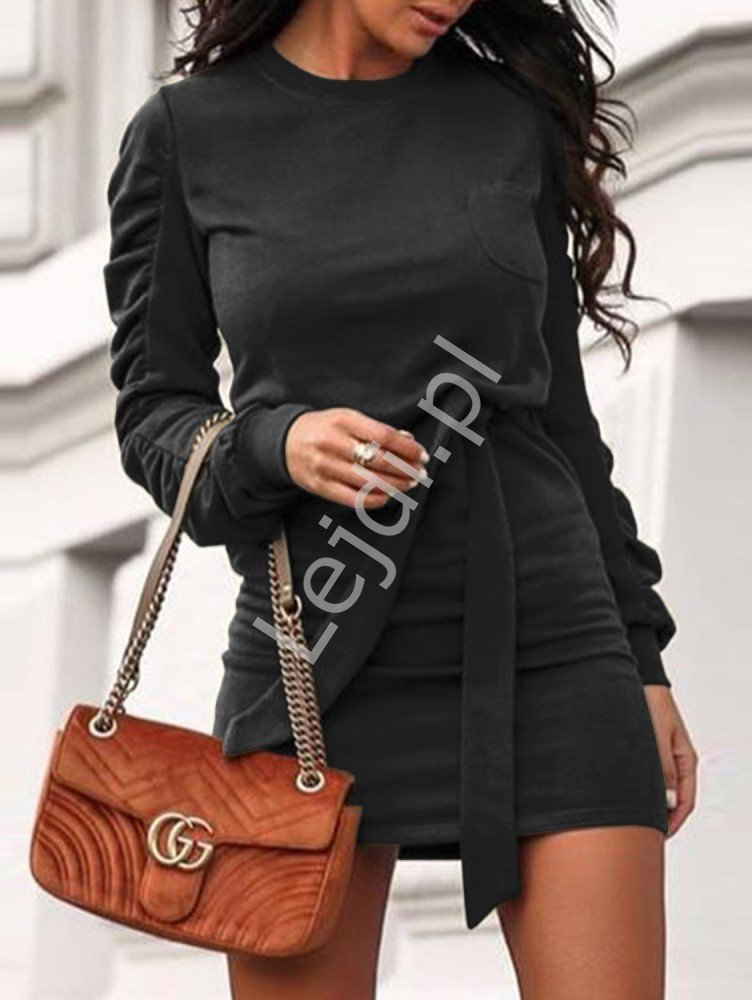 Czarna dzianinowa sukienka z długim ozdobnym rękawem 2158 - Lejdi