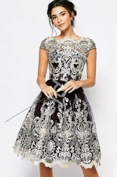 Czarna krótka sukienka z złotym haftem - Lejdi