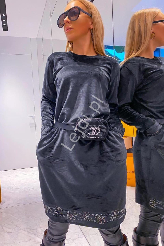 Czarna sukienka welurowa z kryształkowym napisem CHANCE + torebeczka 444 - Lejdi