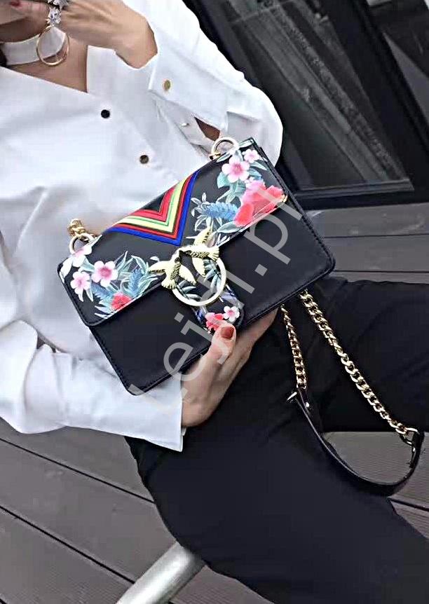 e18af71742aad Czarna torebka listonoszka z modnymi haftami i klamrą z ptaszkami ...