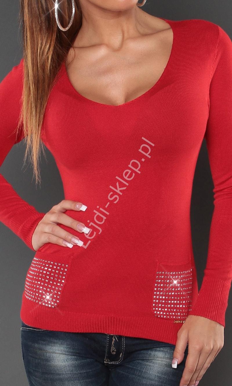 Czerwony sweter z kieszeniami i