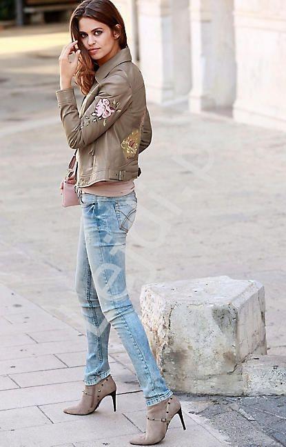 Damska skórzana kurtka z jagnięcej skóry nappa zdobiona kwiatowym haftem - Laura Scott, 100% skóra - Lejdi