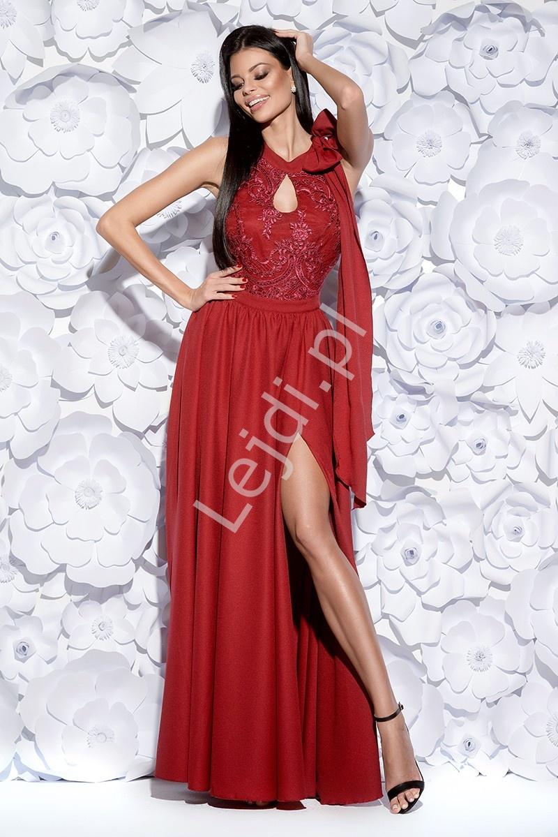 Długa wieczorowa suknia w kolorze wina z rozcięciem ukazującym nogę i łezką na dekolcie 2124-10 - Lejdi