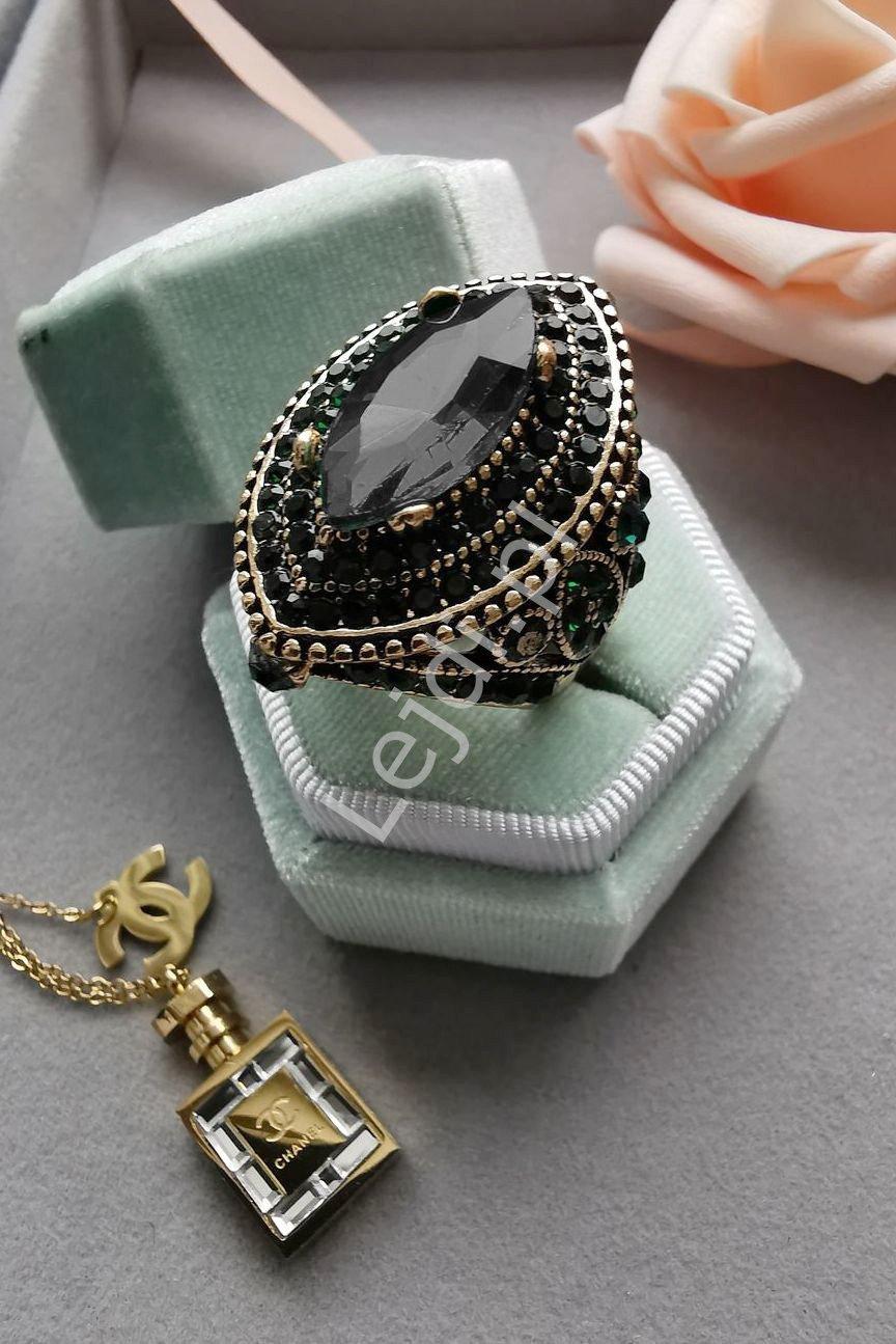 Duży pierścień z czarnymi kryształkami
