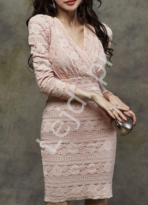 Elegancka koronkowa sukienka dopasowana w jasno różowym kolorze 6510 - Lejdi
