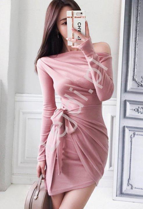 Fantazyjnie wiązana sukienka dopasowana w różowym kolorze 7816 - Lejdi