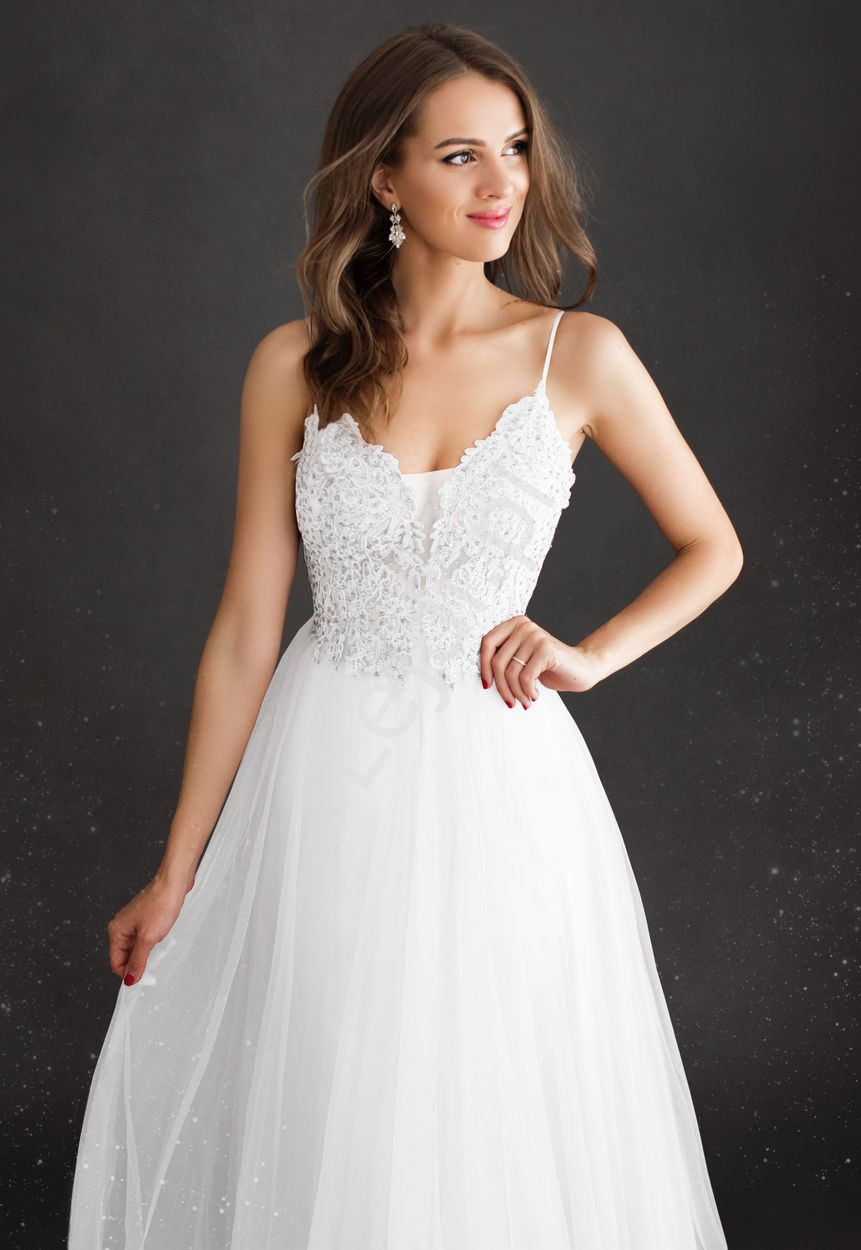 Fenomenalna ślubna suknia zdobiona koronką i kryształkami 2221 - Lejdi