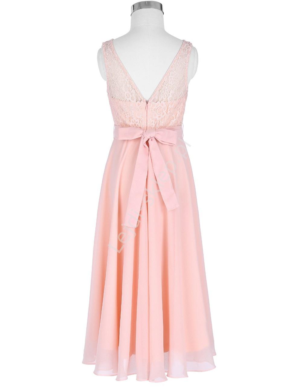 Oferujemy sukienki wizytowe dla dziewczynek dostępne w różnych wzorach i kolorach. Śliczne sukienki ozdabiane dodatkami takimi jak kokardy, czy kołnierzyki idealnie sprawdzą się na takie okazje jak wesela, komunie, rozpoczęcie roku.