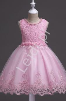 fe670b6806 Jasnoróżowa sukienka dla dziewczynki na wesele zdobiona kwiatkami i  perełkami