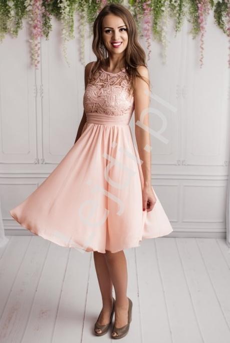 Jasnoróżowa prosta krótka suknia z gipiurową koronką | sukienki na studniówkę, dla druhen, na wesele - Lejdi