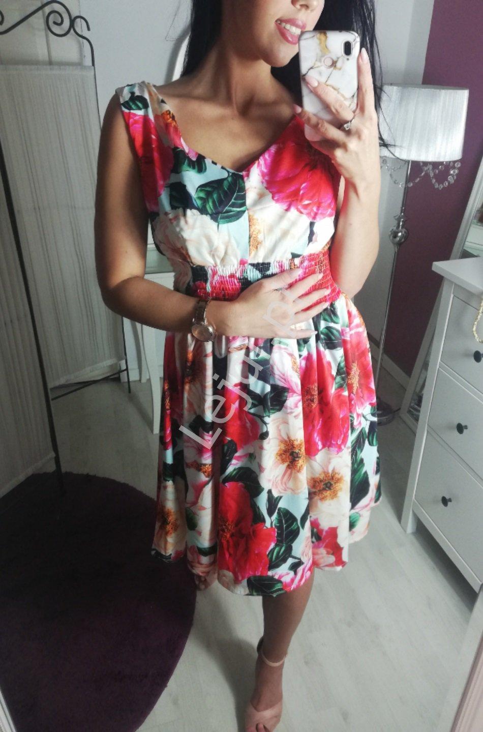 Krótka sukienka w kwiaty z rozkloszowaną spódnicą 9441 - Lejdi