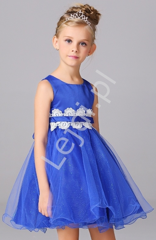 2424e54688 Niebieska tiulowa sukienka dla dziewczynki z białą koronką w pasie ...