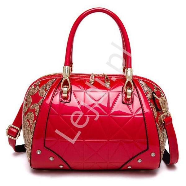 05b49cda81308 Lakierowana torebka kuferek w kolorze czerwonym ozdobiona złotymi cekinami