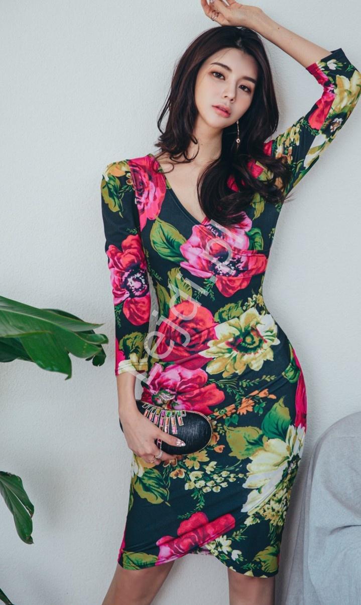 Ołówkowa sukienka w kolorowe kwiaty 6984 - Lejdi