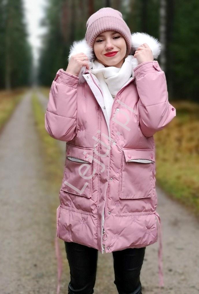 Pudrowo różowa kurtka zimowa pikowana literami 9779 - Lejdi