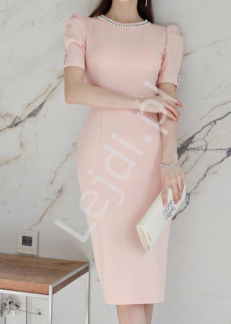 Pudrowo różowa sukienka elegancka z perełkami i cyrkoniami 8768 - Lejdi