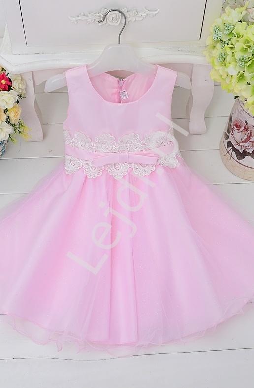 Różowa sukienka dla dziewczynki zdobiona w pasie białą koronką - Lejdi