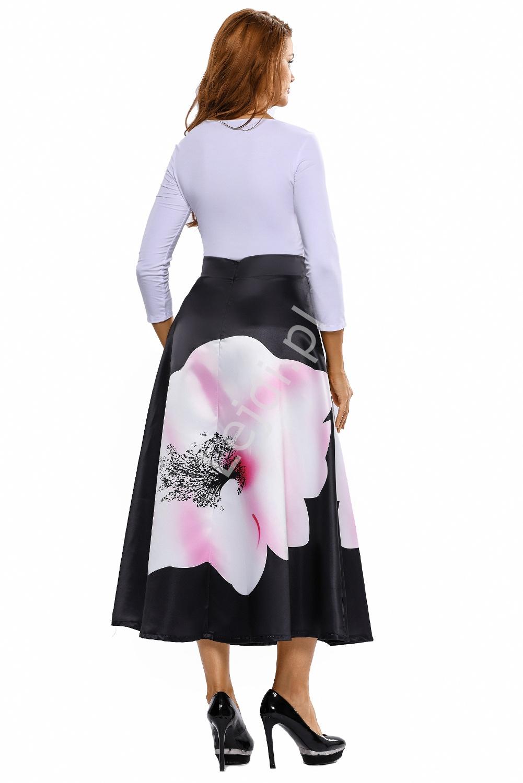 Satynowa elegancka czarna spódnica z dużym wzorem kwiatowym