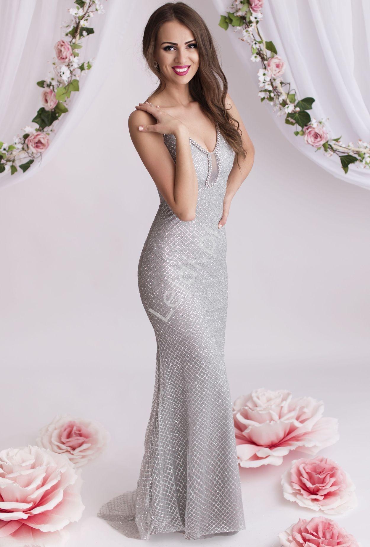Srebrna suknia z brokatowymi wzorami i perłami przy dekolcie - Lejdi