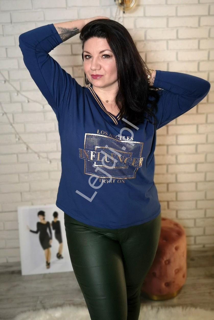 Stylowa bluzka plus size w niebieskim kolorze z kryształkami z napisem INFLUENCER - Lejdi