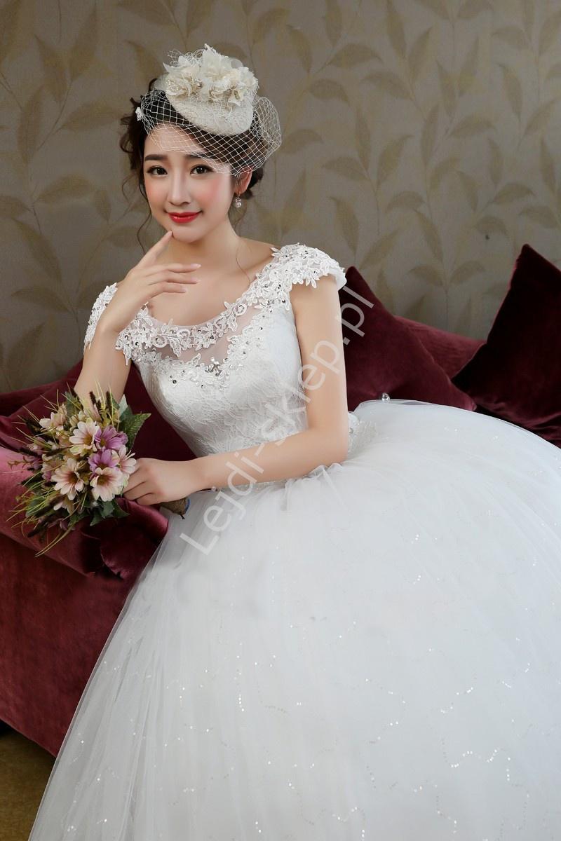 Suknia ślubna z gipiurową taśmą przy dekolcie - Lejdi