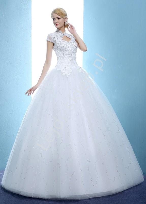 5b2a7ae673 Suknia ślubna z wycięciem na dekolcie gipiurowymi aplikacjami ...
