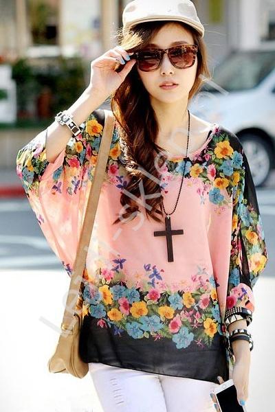 Szyfonowa koralowo różowa bluzka w kwiaty | bluzki w kwiaty, nietoperz - Lejdi