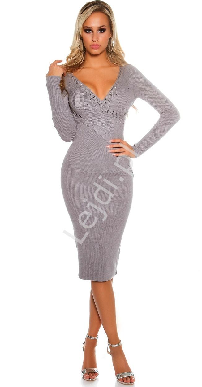 Uwodzicielska dzianinowa sukienka z kryształkami na kopertowym dekolcie | szara sweterkowa sukienka - Lejdi