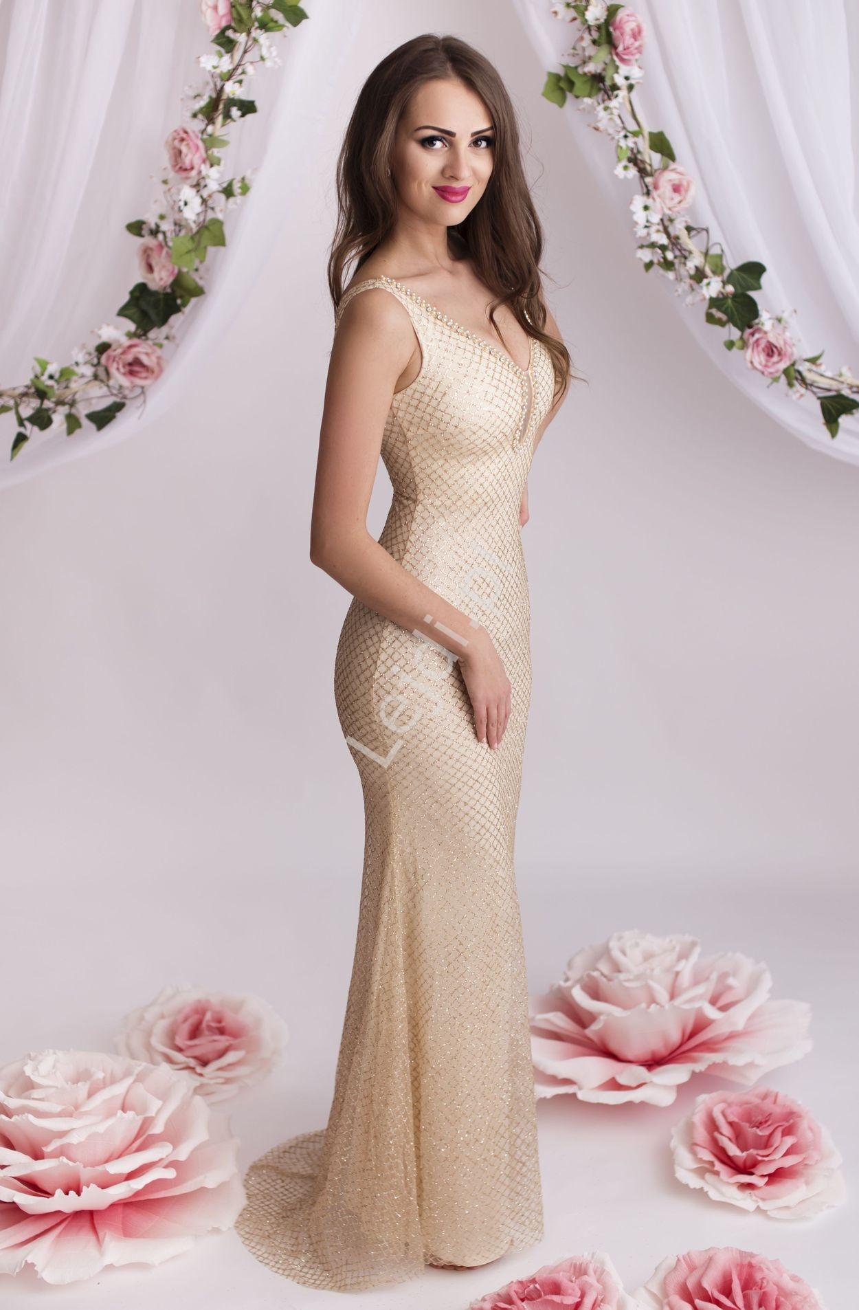 Złota suknia z brokatowymi wzorami zdobiona perłami i kryształkami przy dekolcie - Lejdi
