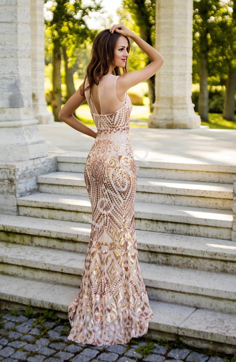 2b3f5ae46d Zmysłowa beżowa suknia ze złotymi cekinowymi ornamentami